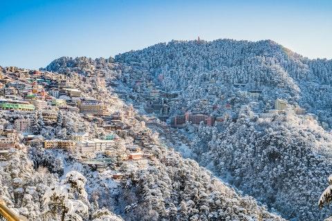 Sol och snö på berg