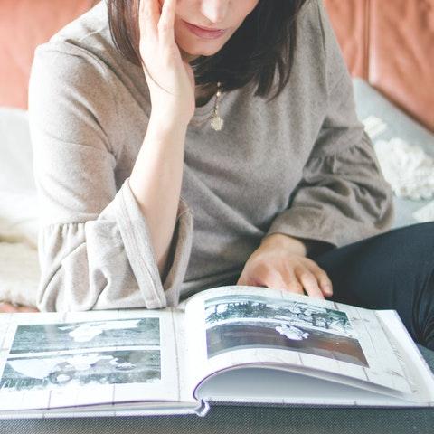 Kvinna och fotoalbum
